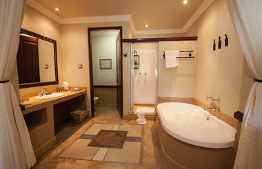 Open plan bathrooms in Safari rooms
